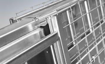 L'omega in cui è alloggiato il profilo guida in alluminio, viene realizzata interamente in lamiera zincata profilata.